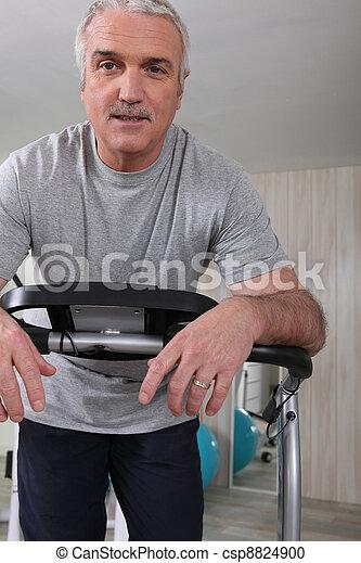 Un hombre mayor haciendo ejercicio - csp8824900
