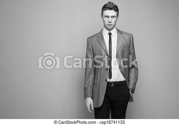 Un hombre elegante con traje gris - csp18741133