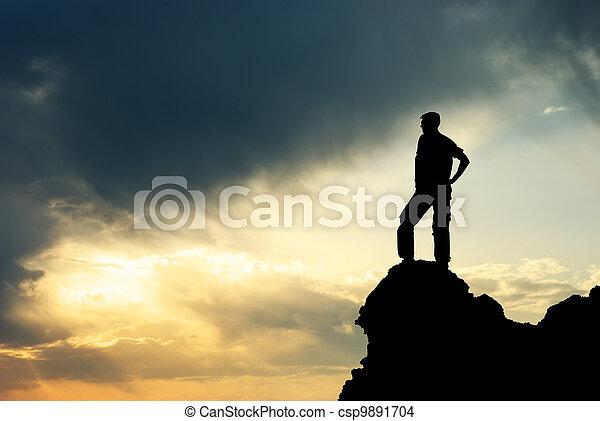 Hombre en la cima de la montaña. - csp9891704