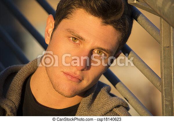 Una foto de un joven atractivo al atardecer - csp18140623