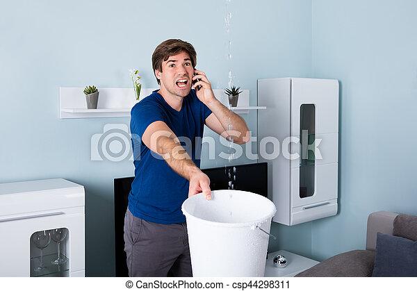 Hombre llamando a plomero - csp44298311