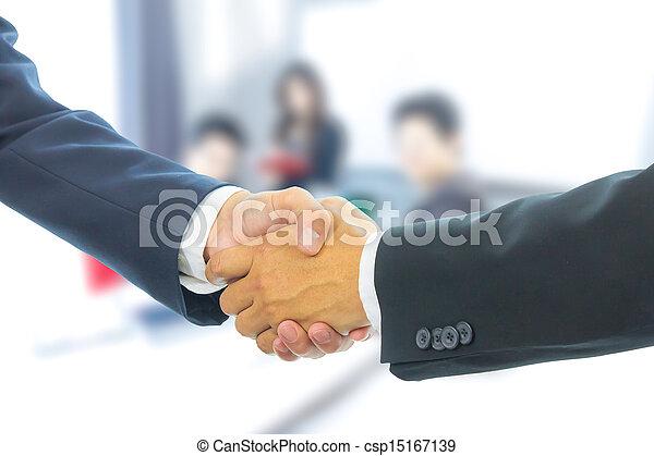 Hombre de negocios dándose la mano - csp15167139