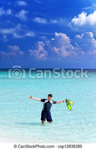 Un hombre en el mar con el equipo para un buceo - csp12836385