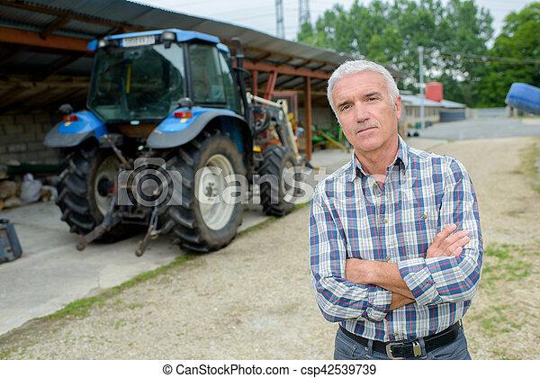 Hombre y tractor - csp42539739