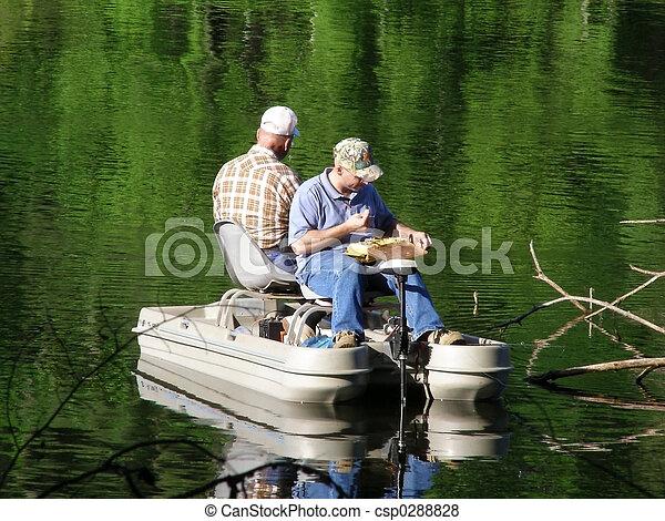 Hombres pescando en bote - csp0288828
