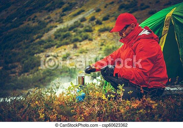 Hombres en el campamento - csp60623362