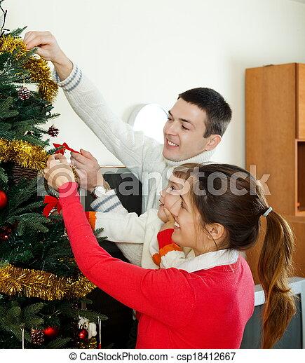 Hombres y mujeres con su bebé en casa - csp18412667