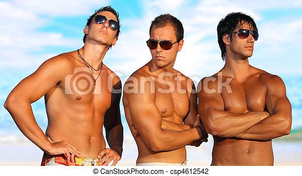 Los hombres se relajan en la playa - csp4612542