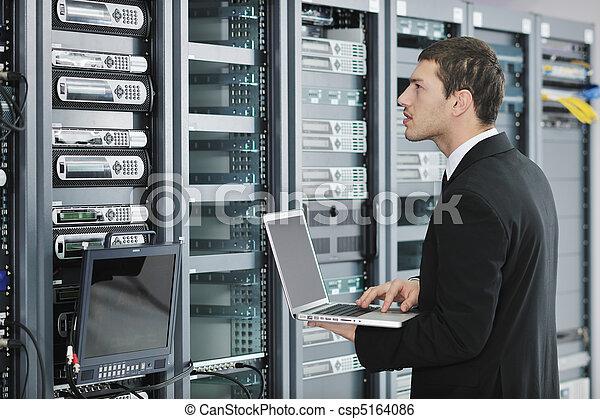 homem negócios, laptop, sala, usuário rede - csp5164086