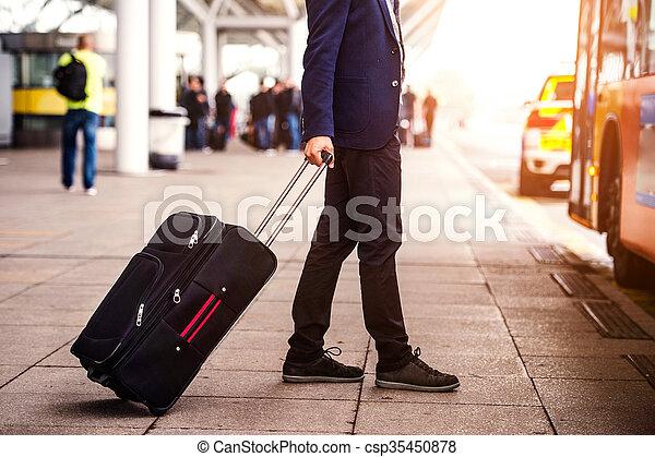homme affaires, aéroport, unrecognizable, entrer, bagage - csp35450878