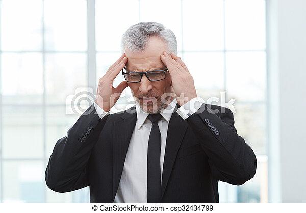 Homme affaires blanc vieilli bureau porter debout tie