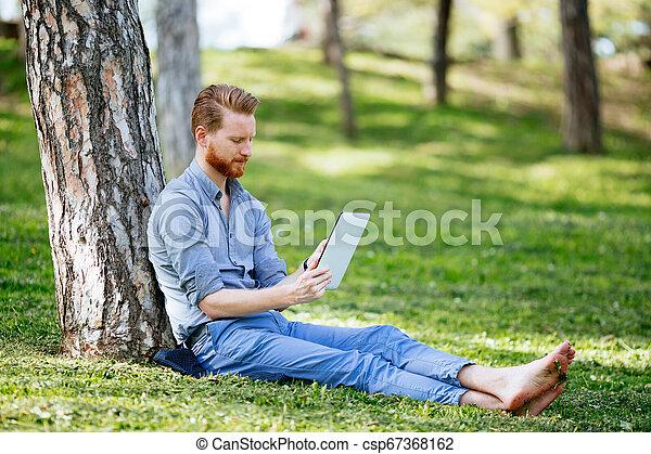 homme affaires, parc, tablette, utilisation - csp67368162