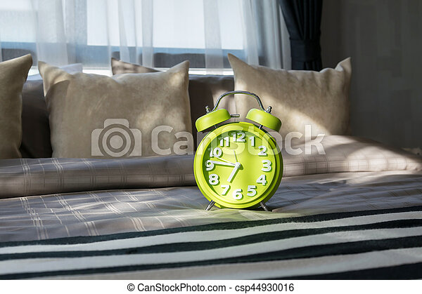 horloge reveil moderne lit vert chambre coucher photographie de stock rechercher images. Black Bedroom Furniture Sets. Home Design Ideas