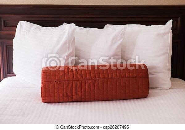 Una cómoda cama de hotel - csp26267495