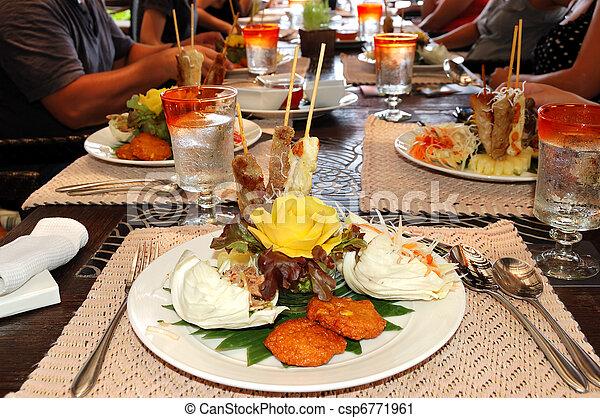 Comida tradicional tailandesa en el restaurante de lujo hotel, isla Samui, Tailandia - csp6771961