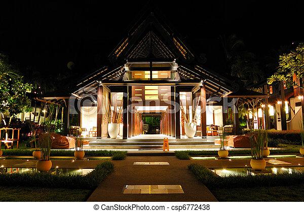 Recepción de hotel de lujo en iluminación nocturna, Samui, Tailandia - csp6772438