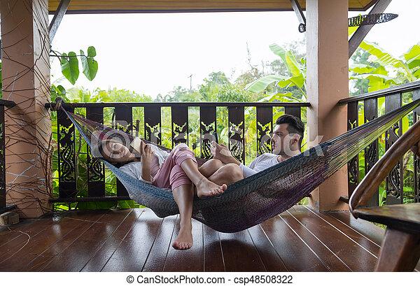 Hotel Mujer Tropical Charlar Acostado Pareja Joven Teléfono Celular Hamaca Terraza Utilizar Trópico Feriado Elegante Hombre