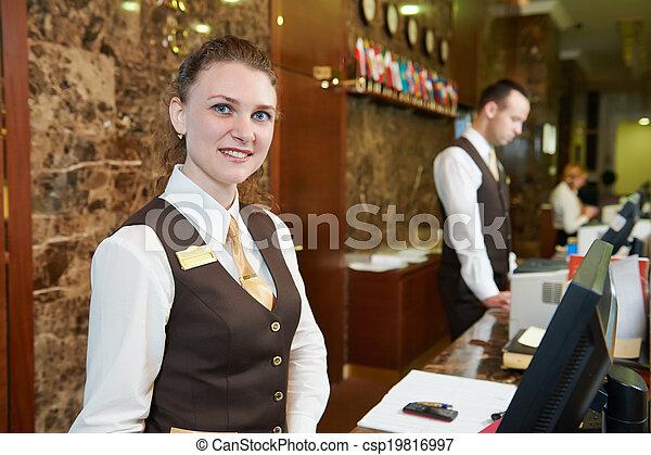 Trabajador de hotel en recepción - csp19816997