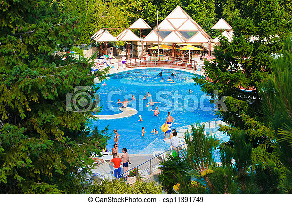 Piscina y cascada en el hotel, fondo de vacaciones - csp11391749