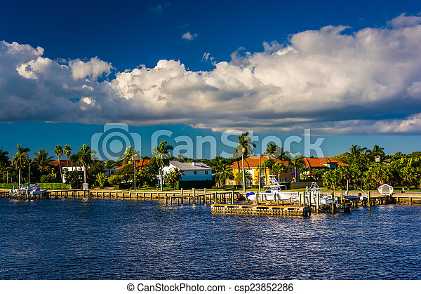 Houses along the Intracoastal Waterway in West Palm Beach, Flori - csp23852286