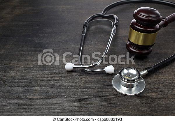 houten gavel, zwarte stethoscope, achtergrond - csp68882193