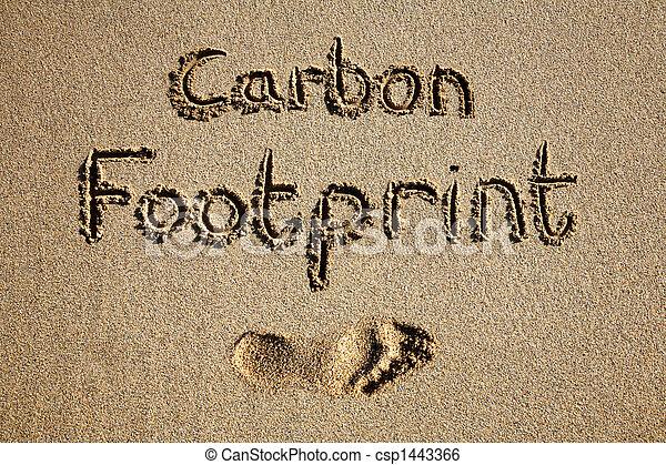 Huella de carbono escrita en arena en una playa. - csp1443366