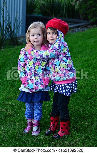 huges, poco, al aire libre, niñas, dos - csp21092520