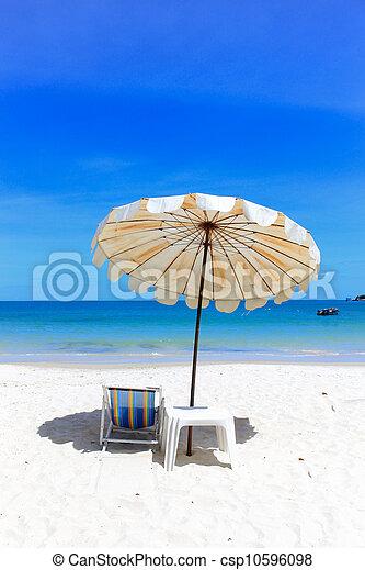 Silla de playa y paraguas en la playa tropical idílico playa en vacaciones. - csp10596098