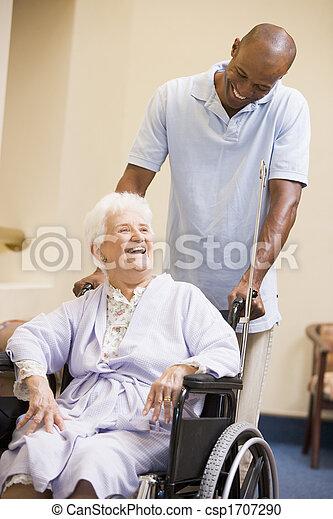 idősebb ember, tolószék, nő, ápoló, rámenős - csp1707290