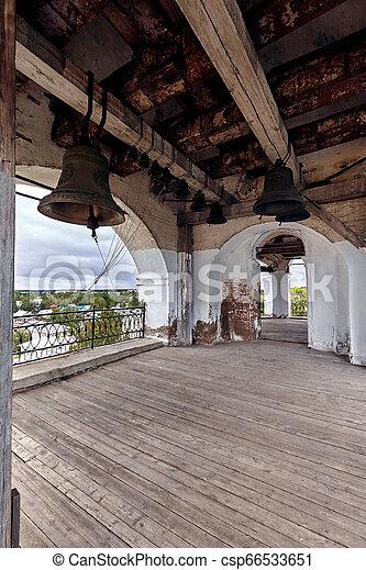 El viejo campanario de la iglesia ortodoxa - csp66533651