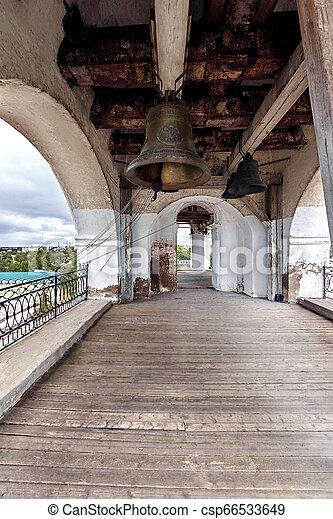 El viejo campanario de la iglesia ortodoxa - csp66533649