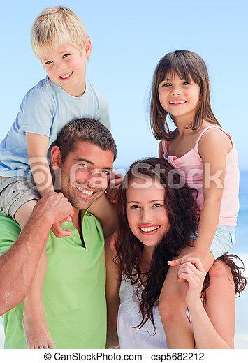 Glückliche Kinder, die mit ihren Eltern spielen - csp5682212