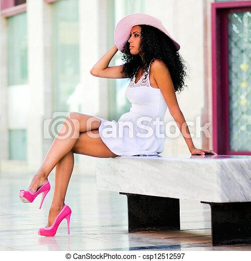 il portare, acconciatura, donna, sole, giovane, cappello nero, vestire, afro - csp12512597