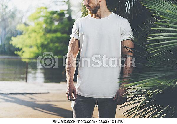 il portare, estate, barbuto, fondo, palme, città, foto, mockup, giardino, muscolare, lago, t-shirt, time., verde, vuoto, orizzontale, bianco, uomo - csp37181346