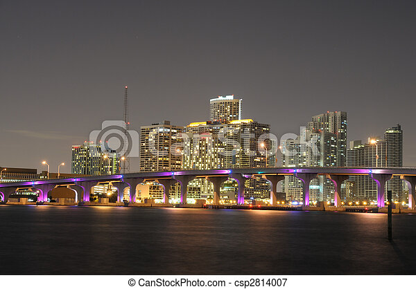 El centro de Miami iluminado por la noche, Florida USA - csp2814007