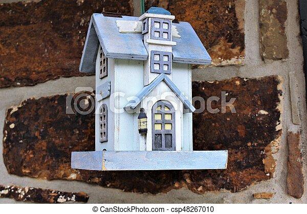 Una imagen de una casa para pájaros - csp48267010