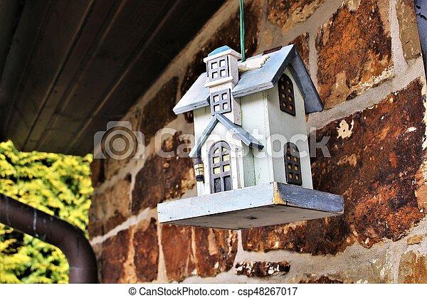 Una imagen de una casa para pájaros - csp48267017