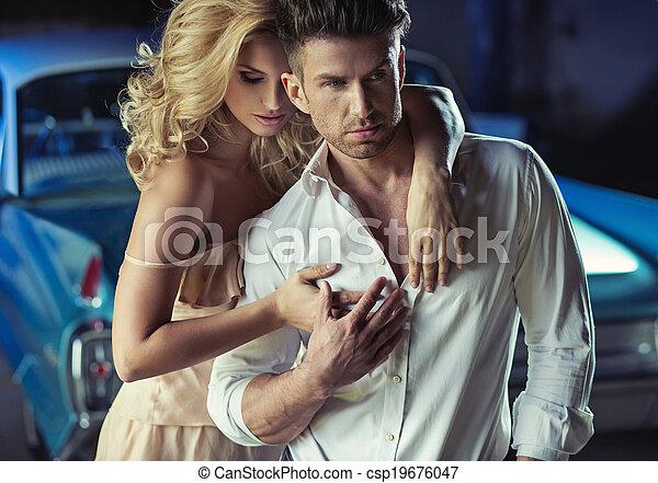 Una foto romántica de la amorosa pareja joven - csp19676047