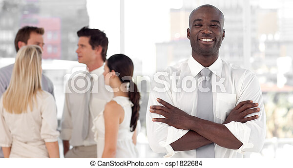 Líder de negocios parado frente al equipo de negocios sonriendo - csp1822684