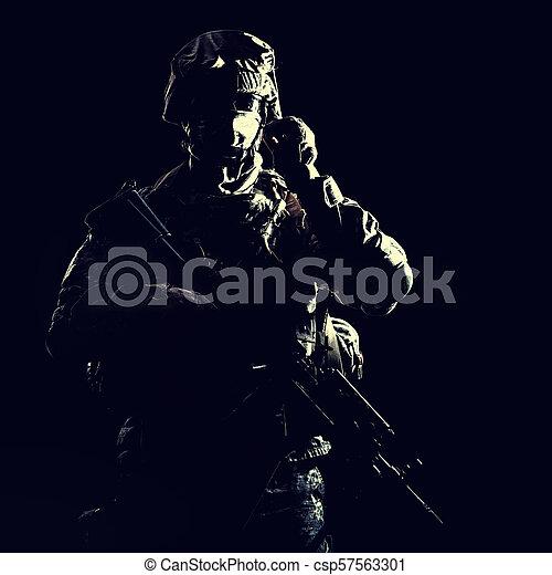 infantryman, noc, podczas, wojskowy, działanie, uzbrojony - csp57563301