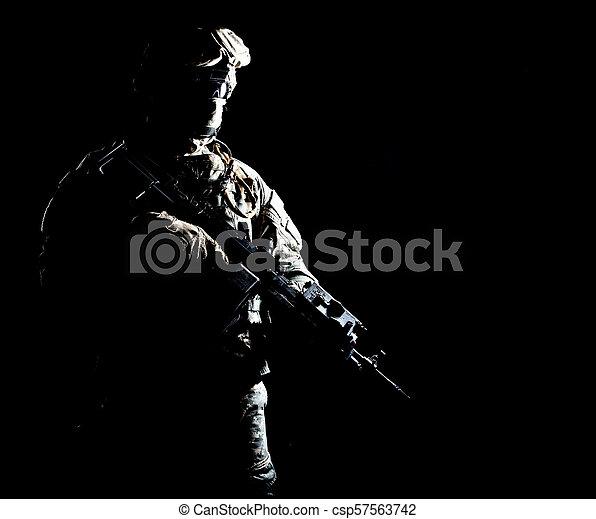 infantryman, noc, podczas, wojskowy, działanie, uzbrojony - csp57563742