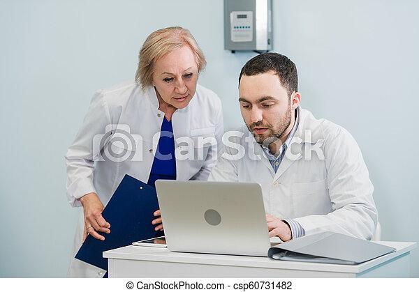 informatie, patiënt, kantoor, arts, laptop computer, het herzien, verpleegkundige, vatting - csp60731482