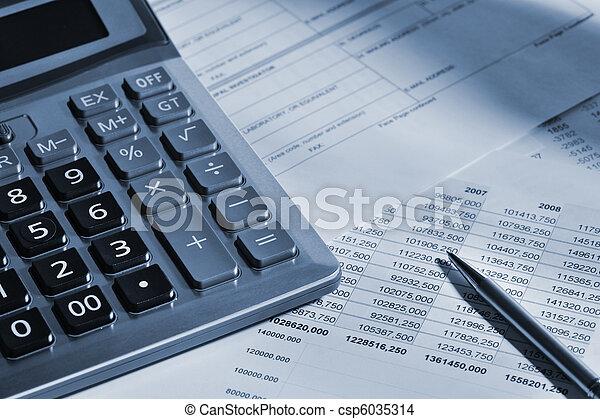 La calculadora y el informe financiero - csp6035314