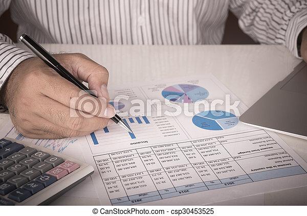 Empresario analizando el informe de datos - csp30453525