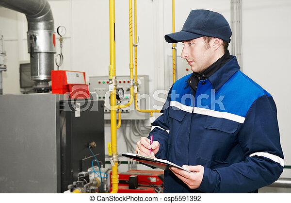 Ingeniero de calefacción en la sala de calderas - csp5591392
