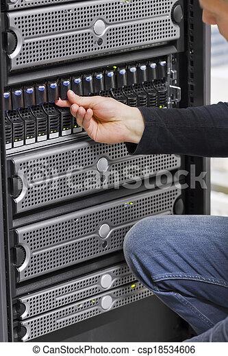 Ingeniero informático trabajando con SAN y servidores - csp18534606