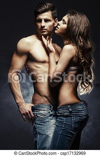 Wunderschönes, junges, lächelndes Paar in Liebe, das sich im Haus umgibt - csp17132969