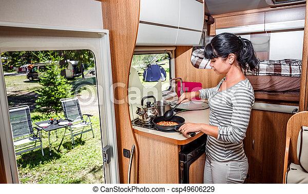 Inneneinrichtung Frau Kochen Wohnmobil Reisemobile Frau