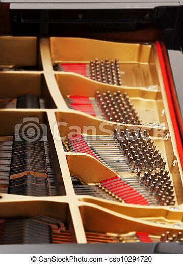Innen des großen Klaviers mit Saiten - csp10294720