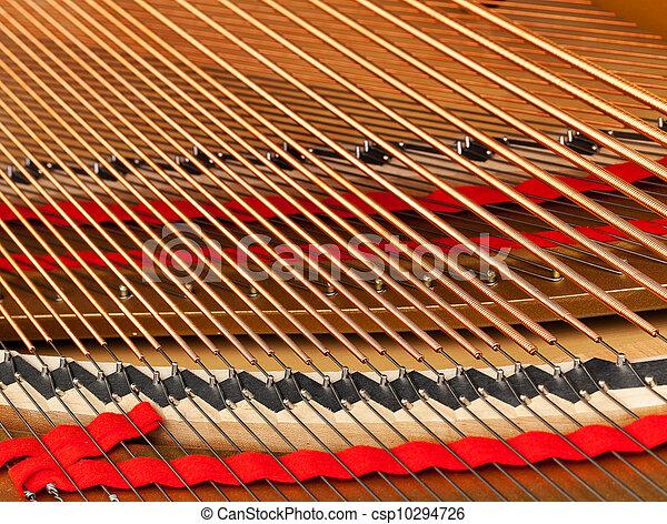 Innen des großen Klaviers mit Saiten - csp10294726